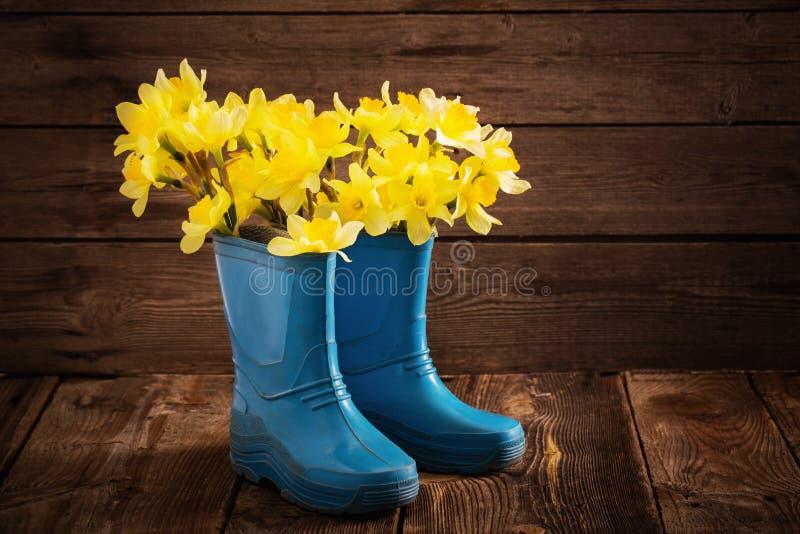 Παπούτσια παιδιών με τα λουλούδια άνοιξη στοκ εικόνες