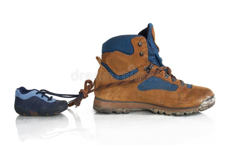 Παπούτσια πεζοπορίας από τον πατέρα και το γιο στοκ φωτογραφία