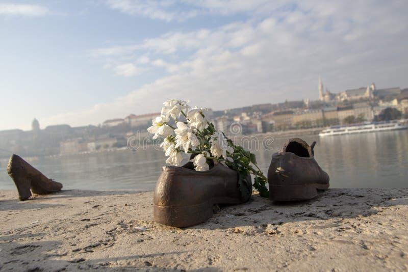 Παπούτσια στην ακτή του Δούναβη στοκ εικόνες