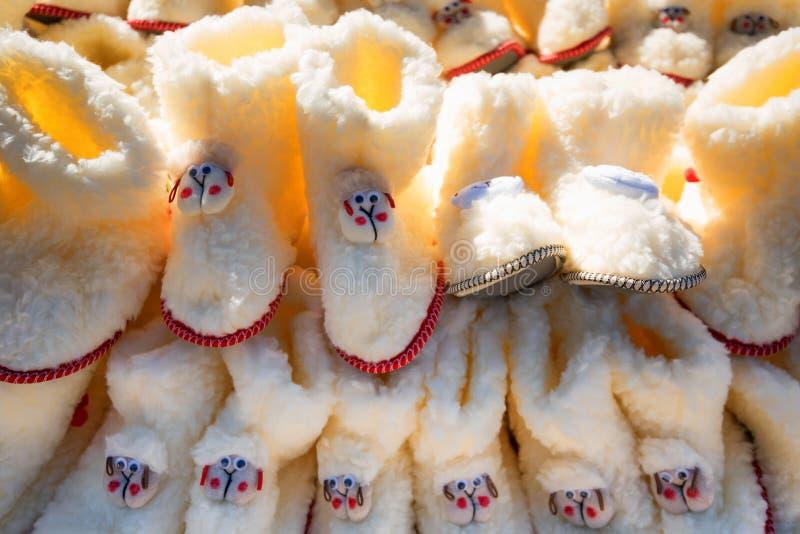 Παπούτσια των λευκών παιδιών φιαγμένα από μαλλί των προβάτων για την πώληση στοκ φωτογραφία με δικαίωμα ελεύθερης χρήσης
