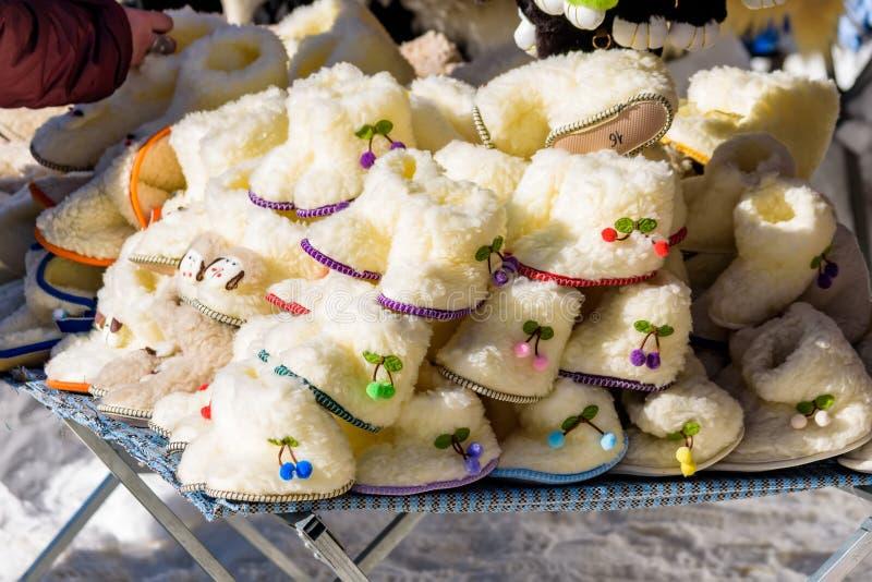 Παπούτσια των λευκών παιδιών φιαγμένα από μαλλί των προβάτων για την πώληση στοκ φωτογραφίες με δικαίωμα ελεύθερης χρήσης