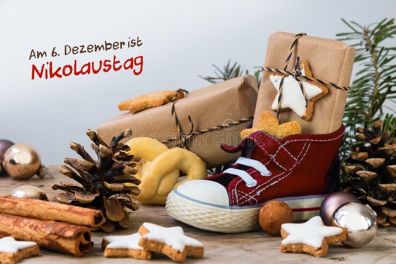 Παπούτσι παιδιών ` s με τα γλυκά, τα δώρα και τις διακοσμήσεις Χριστουγέννων στο RU στοκ φωτογραφία