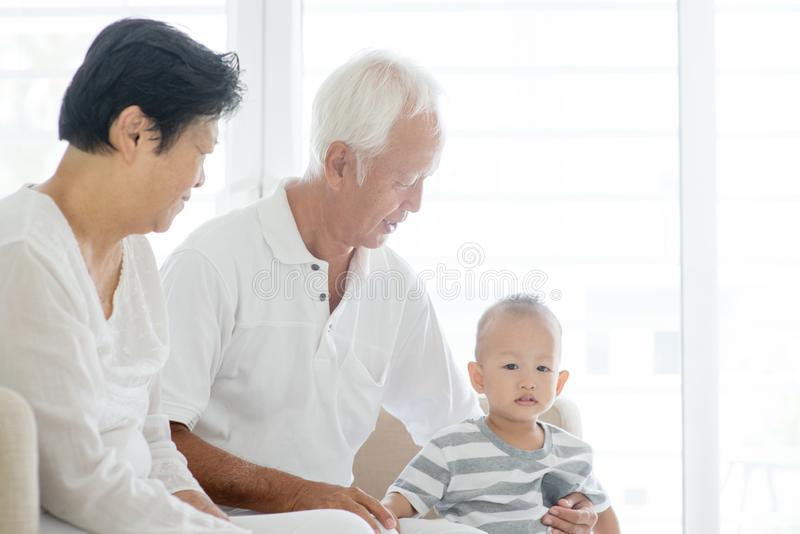 Παππούδες και γιαγιάδες και εγγονός στο σπίτι στοκ φωτογραφίες