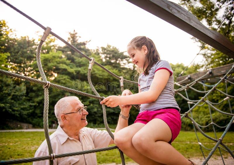παππούς εγγονιών ευτυχή&sigma στοκ φωτογραφία με δικαίωμα ελεύθερης χρήσης