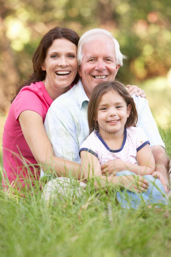 Παππούς, κόρη και εγγονή στο πάρκο στοκ φωτογραφία με δικαίωμα ελεύθερης χρήσης