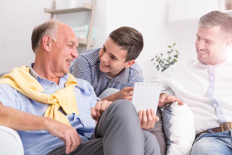 Παππούς που κάνει τη συνομιλία με την οικογένεια στοκ εικόνες