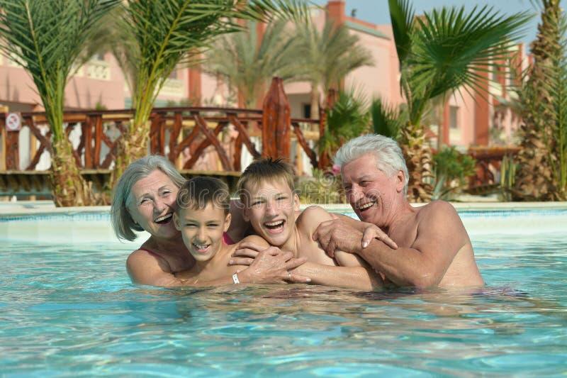 Παππούδες και γιαγιάδες με τα εγγόνια στη λίμνη στοκ εικόνες με δικαίωμα ελεύθερης χρήσης