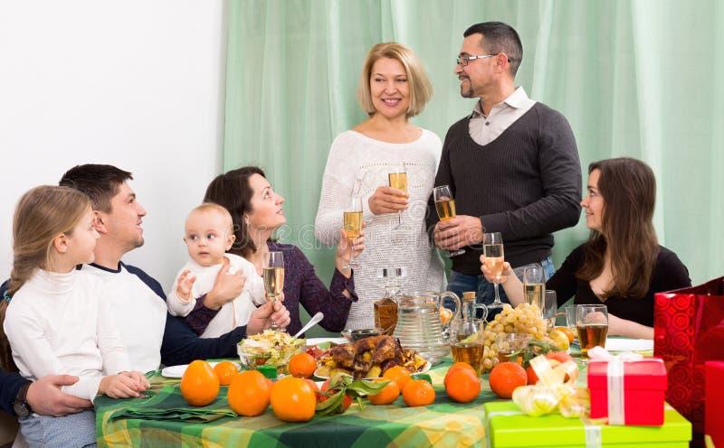 Παππούδες και γιαγιάδες, παιδιά και γονείς togethe που συγχαίρουν στοκ φωτογραφία