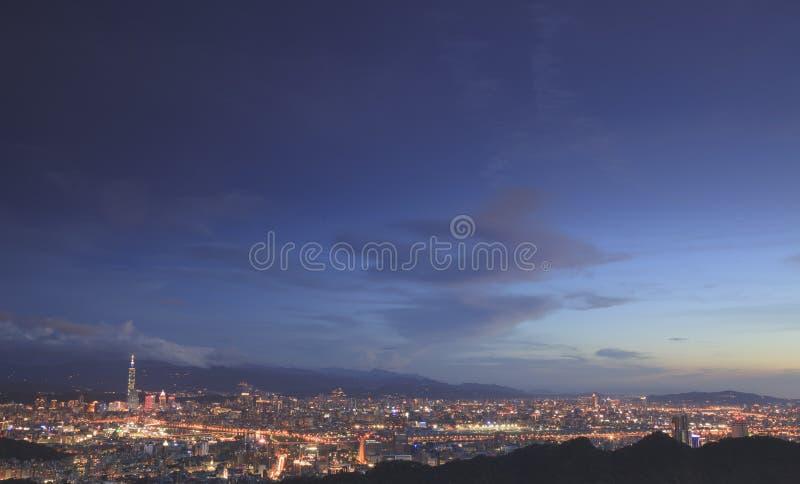 Παράβλεψη της άποψης νύχτας της πόλης της Ταϊπέι στοκ εικόνες