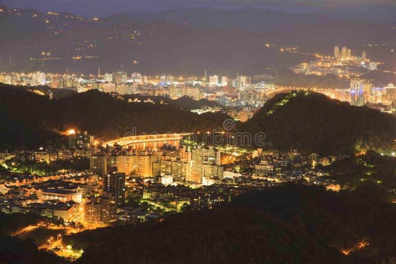 Παράβλεψη της άποψης νύχτας της πόλης της Ταϊπέι στοκ εικόνα