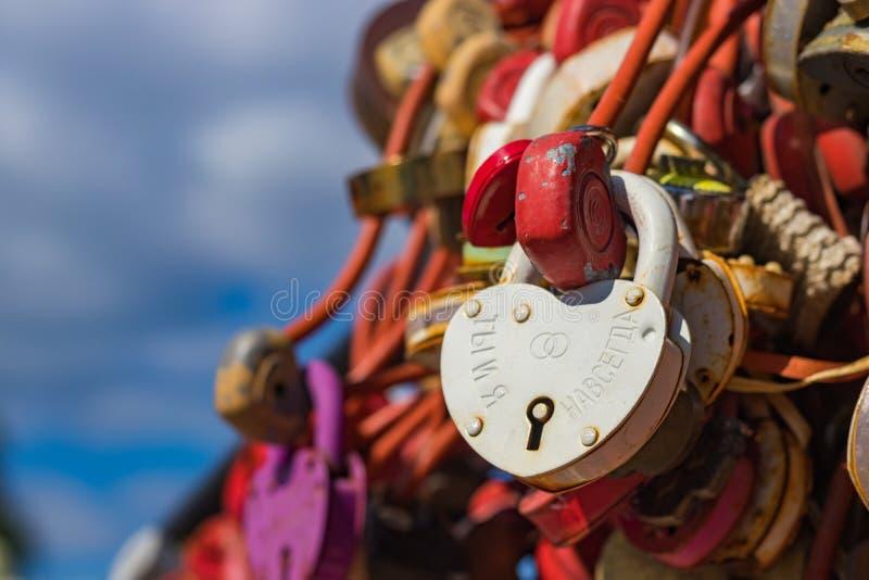 Παράδοση της ένωσης των κλειδαριών σε μια γέφυρα Ένα γαμήλιο κάστρο με την επιγραφή στοκ εικόνα