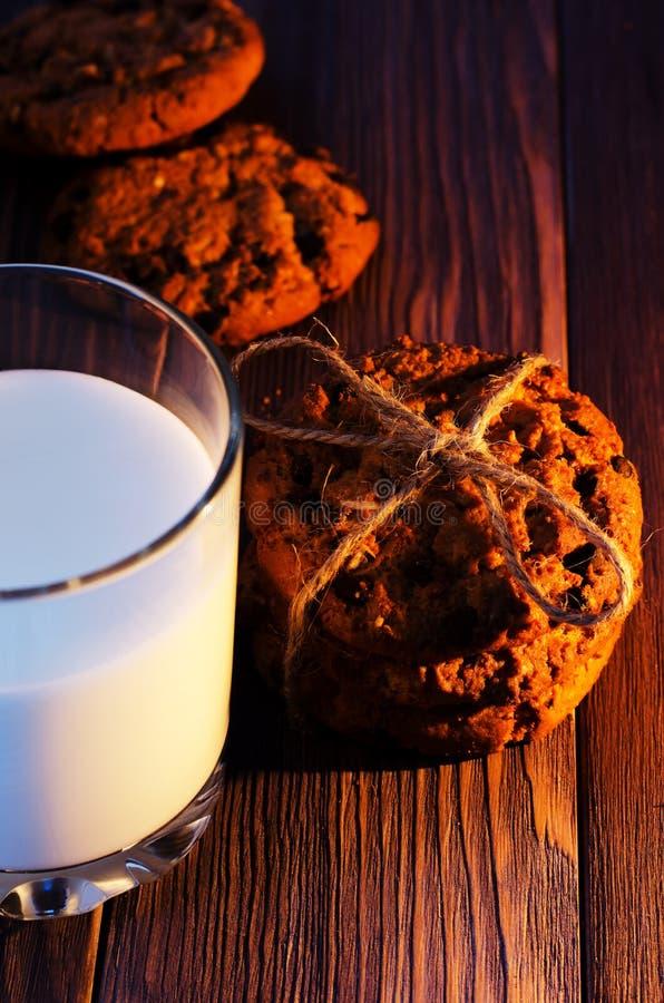 Παράδοση Χριστουγέννων Μπισκότα και γάλα r στοκ φωτογραφία
