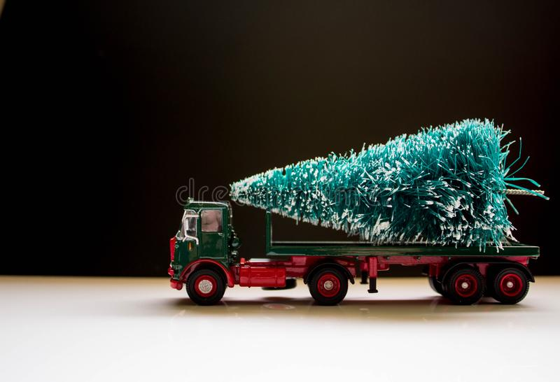 Παράδοση χριστουγεννιάτικων δέντρων στοκ εικόνες