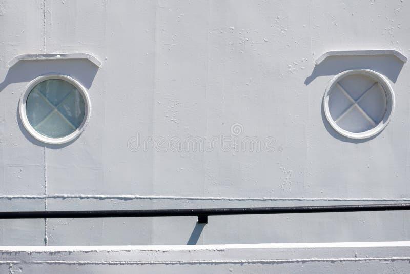 Παράθυρα ή παραφωτίδα σκαφών στον άσπρο τοίχο metall με το σταυρό στοκ φωτογραφίες