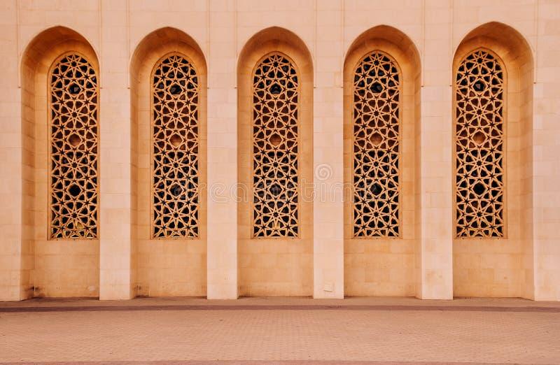 Παράθυρα εξωτερικά του μεγάλου μουσουλμανικού τεμένους Al Fateh το βράδυ Manama, Β στοκ εικόνα