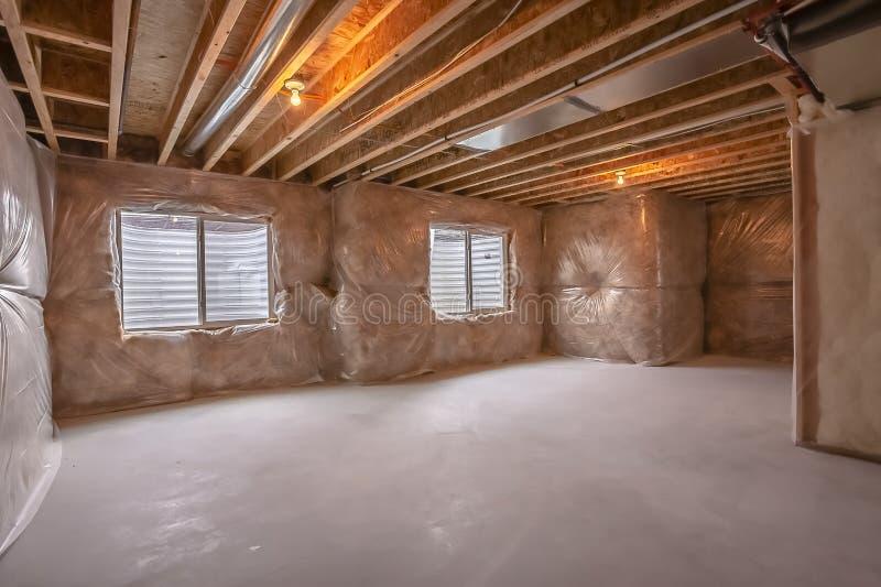 Παράθυρα και αγωγοί κλιματισμού μέσα σε ένα νέο σπίτι κάτω από την κατασκευή στοκ φωτογραφία