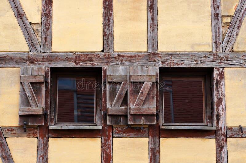 Παράθυρα και τοίχος παλαιού μισομετρημένου σπιτιού στοκ εικόνα