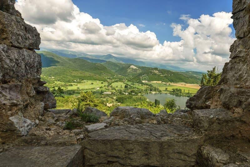 Παράθυρα καταστροφών από την κορυφή του κάστρου στοκ εικόνες