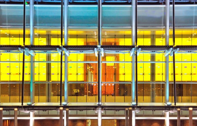 Παράθυρα κτιρίου γραφείων, το αφηρημένο υπόβαθρο στοκ εικόνες