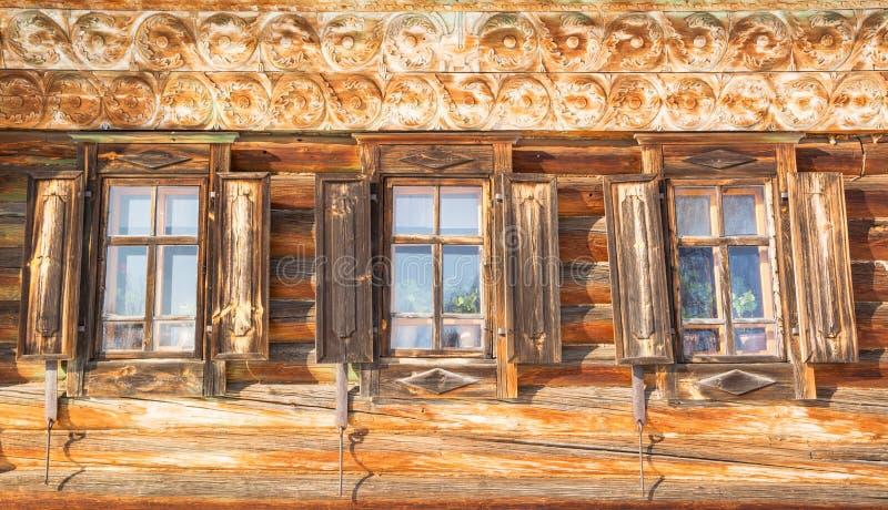 Παράθυρα με τα χαρασμένα ξύλινα παραθυρόφυλλα στοκ φωτογραφία με δικαίωμα ελεύθερης χρήσης