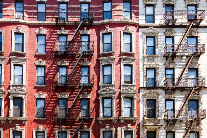 Παράθυρα πολυκατοικίας πόλεων της Νέας Υόρκης στοκ φωτογραφίες