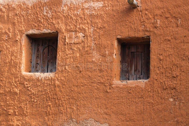 Παράθυρα στον παλαιό τοίχο αργίλου στοκ φωτογραφία