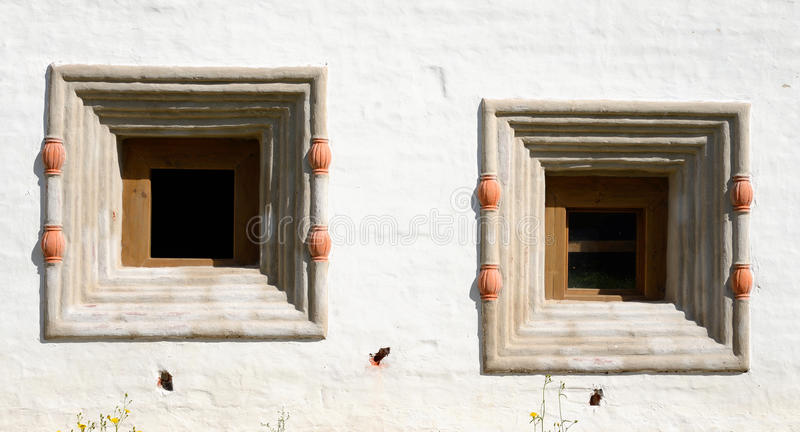 Παράθυρα του παλαιού κτηρίου στο μοναστήρι kirillo-Belozersky στοκ φωτογραφία με δικαίωμα ελεύθερης χρήσης