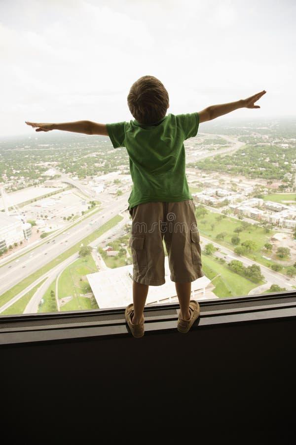 παράθυρο αγοριών στοκ φωτογραφία με δικαίωμα ελεύθερης χρήσης