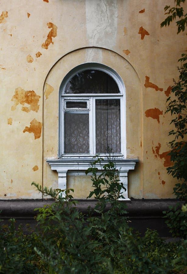 Παράθυρο αψίδων στο ragged παλαιό τοίχο στοκ εικόνα με δικαίωμα ελεύθερης χρήσης