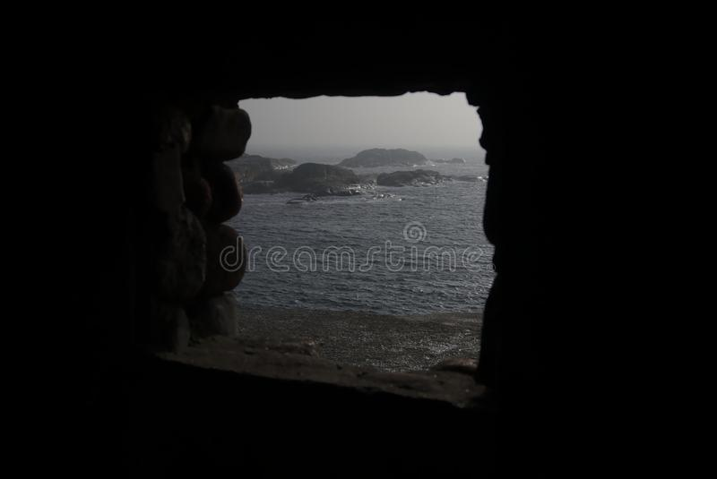 Παράθυρο βράχου με την άποψη σχετικά με τη λίμνη και τους λίθους στοκ φωτογραφία