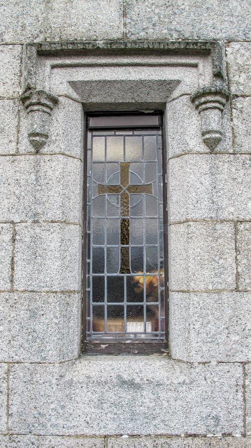 Παράθυρο εκκλησιών με το σταυρό στοκ φωτογραφία με δικαίωμα ελεύθερης χρήσης
