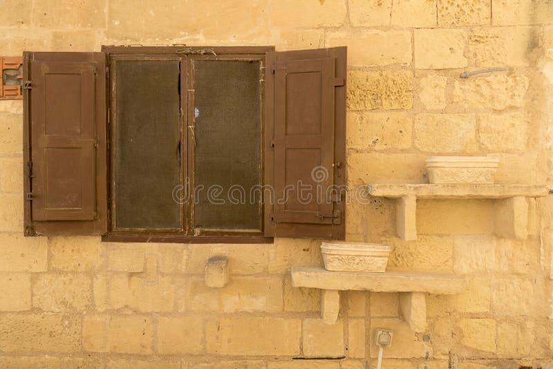 Παράθυρο ενός κτηρίου μέσα στην ακρόπολη Βικτώριας Gozo Μάλτα στοκ φωτογραφία με δικαίωμα ελεύθερης χρήσης
