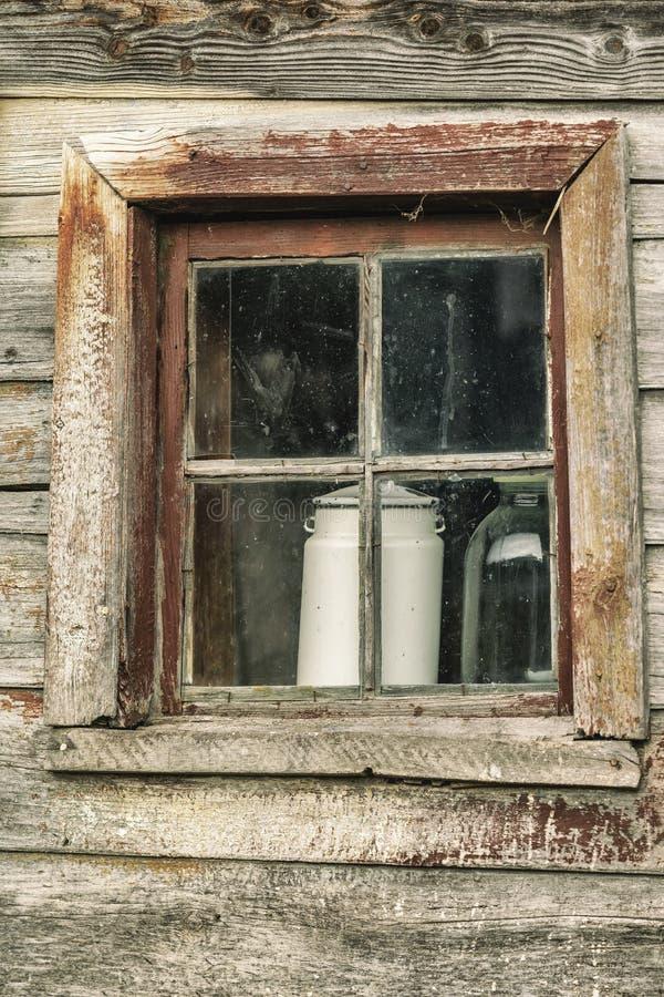Παράθυρο ενός παλαιού αγροτικού κτηρίου Φυσική εκλεκτής ποιότητας βρώμικη σύσταση Ειδικά συντηρημένο αγροτικό ξύλινο σπίτι για το στοκ εικόνα με δικαίωμα ελεύθερης χρήσης