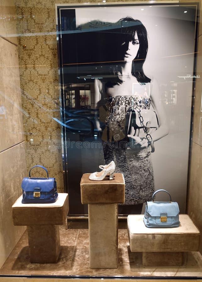 Παράθυρο επίδειξης μόδας με τα παπούτσια και τις τσάντες, παράθυρο πώλησης καταστημάτων, μπροστινό της προθήκης στοκ φωτογραφίες
