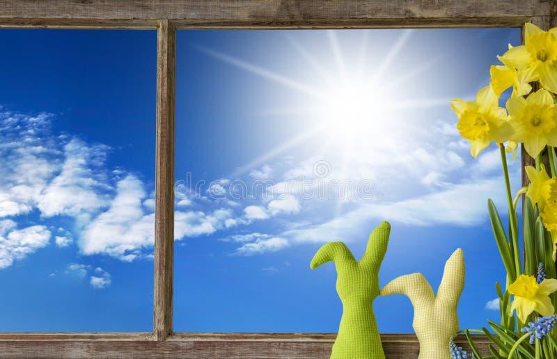 Παράθυρο, ηλιόλουστος μπλε ουρανός στοκ εικόνα με δικαίωμα ελεύθερης χρήσης