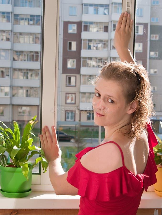 παράθυρο κοριτσιών περίβ&omicr στοκ εικόνες