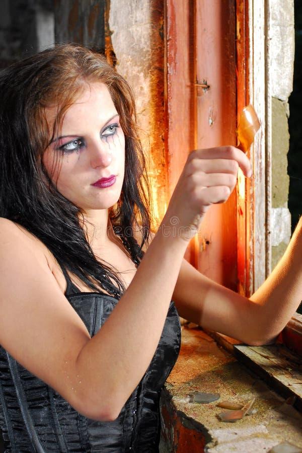 παράθυρο κοριτσιών goth στοκ φωτογραφίες