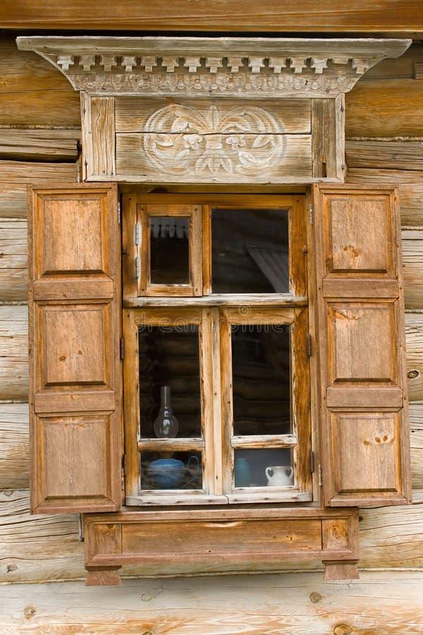 παράθυρο κούτσουρων κα&lam στοκ φωτογραφία με δικαίωμα ελεύθερης χρήσης