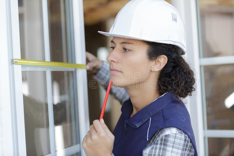 Παράθυρο μέτρησης γυναικών εργαζομένων στοκ φωτογραφία με δικαίωμα ελεύθερης χρήσης