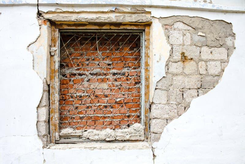 Παράθυρο με ένα τούβλο δικτυωτού πλέγματος στοκ φωτογραφίες με δικαίωμα ελεύθερης χρήσης