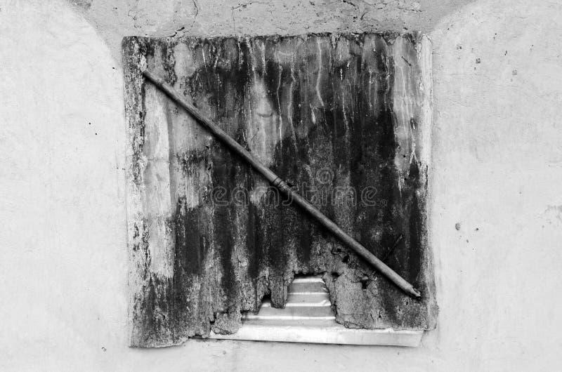 Παράθυρο με τη σπασμένη σκιά κασσίτερου στοκ φωτογραφίες με δικαίωμα ελεύθερης χρήσης
