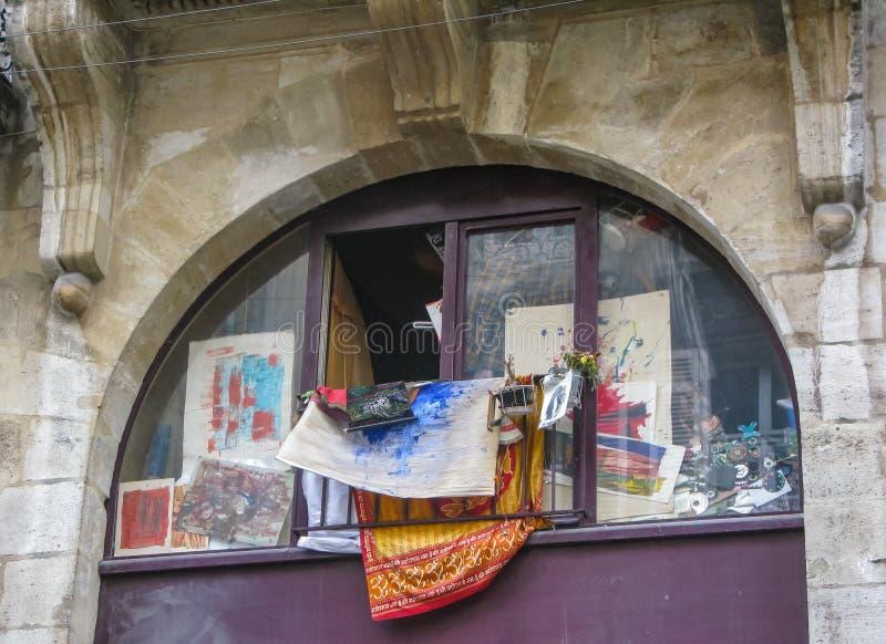 Παράθυρο με τις εικόνες στην οδό Μπορντώ, Γαλλία στοκ εικόνες με δικαίωμα ελεύθερης χρήσης