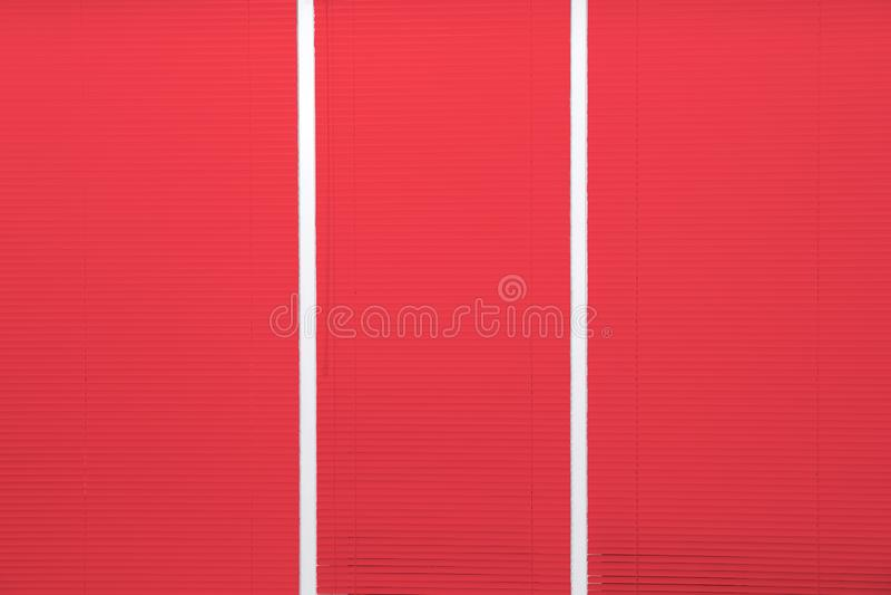 Παράθυρο με τους κλειστούς κόκκινους τυφλούς στοκ εικόνες με δικαίωμα ελεύθερης χρήσης