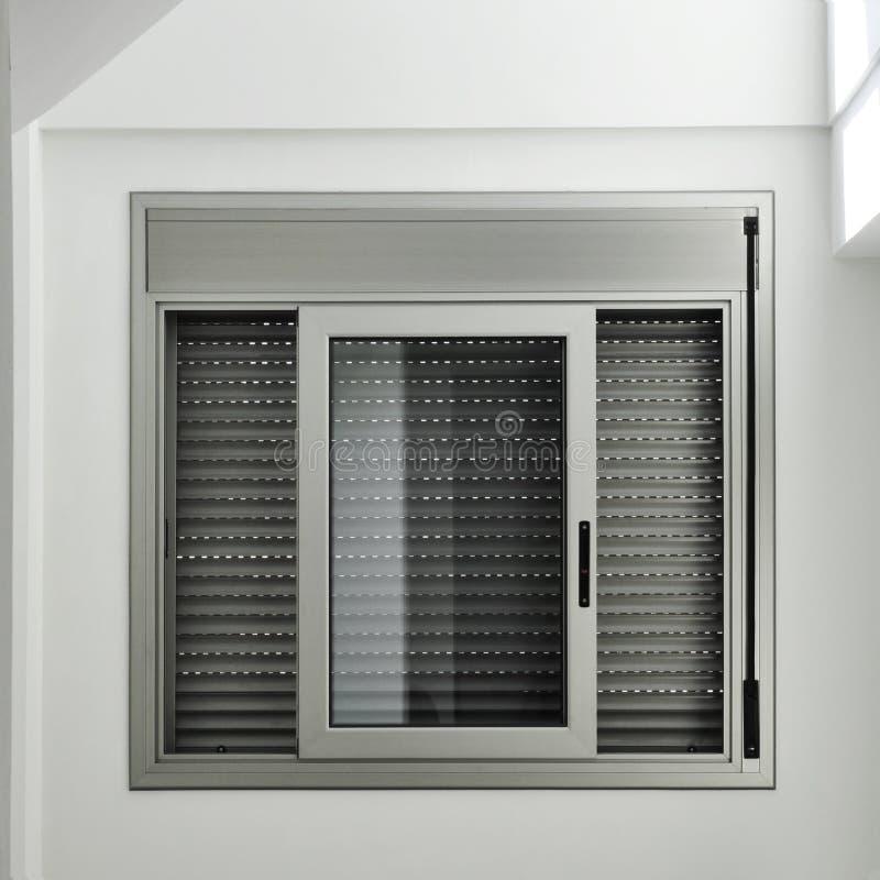 Παράθυρο με το παραθυρόφυλλο κυλίνδρων στοκ φωτογραφίες