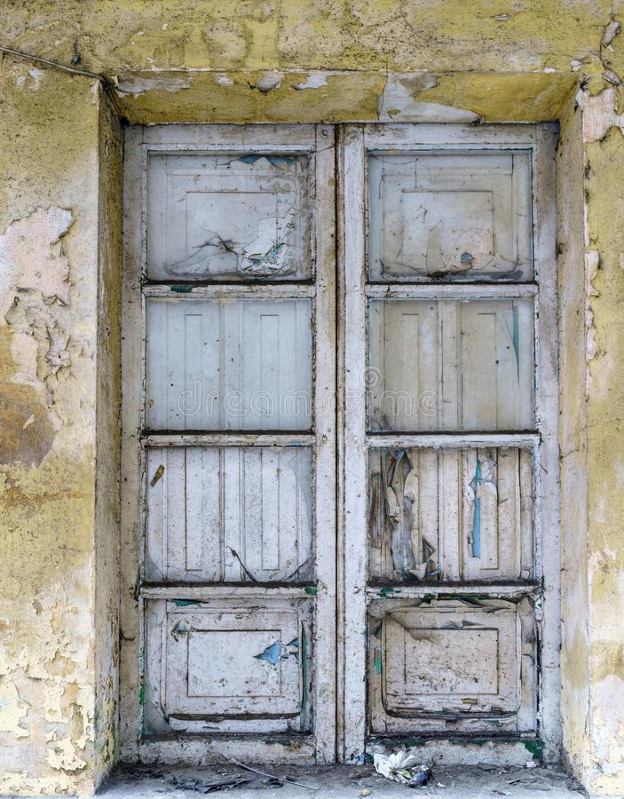 Παράθυρο με το χρώμα στην ερείπωση και χωρίς κρύσταλλα ενός σπιτιού ι στοκ φωτογραφία με δικαίωμα ελεύθερης χρήσης
