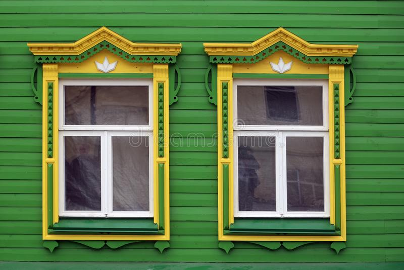 παράθυρο με χαρασμένος platbands στοκ φωτογραφίες