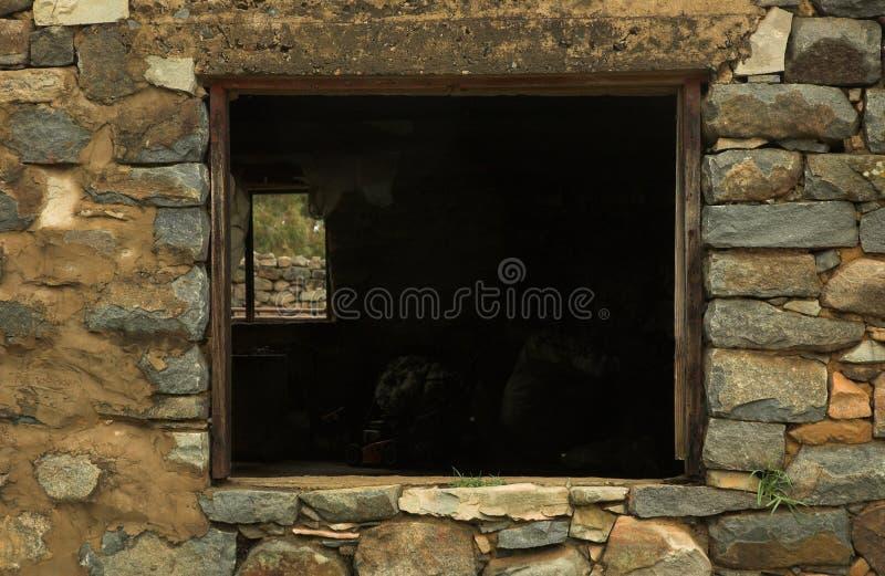 Download παράθυρο πετρών υπόστεγων στοκ εικόνα. εικόνα από farmhouse - 1544069