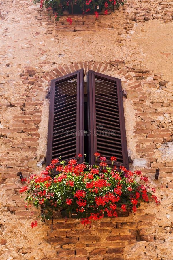 Παράθυρο σε ένα παλαιό κτήριο στο SAN Gimignano στοκ φωτογραφία με δικαίωμα ελεύθερης χρήσης