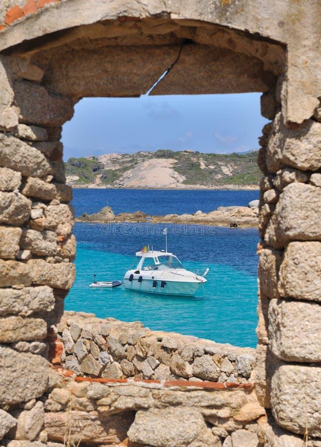 Παράθυρο σε μια βάρκα στην τυρκουάζ θάλασσα στοκ φωτογραφίες