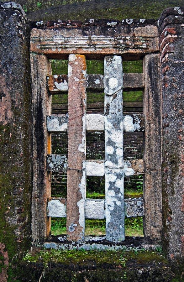 Παράθυρο στον αρχαίο τουβλότοιχο στοκ εικόνες